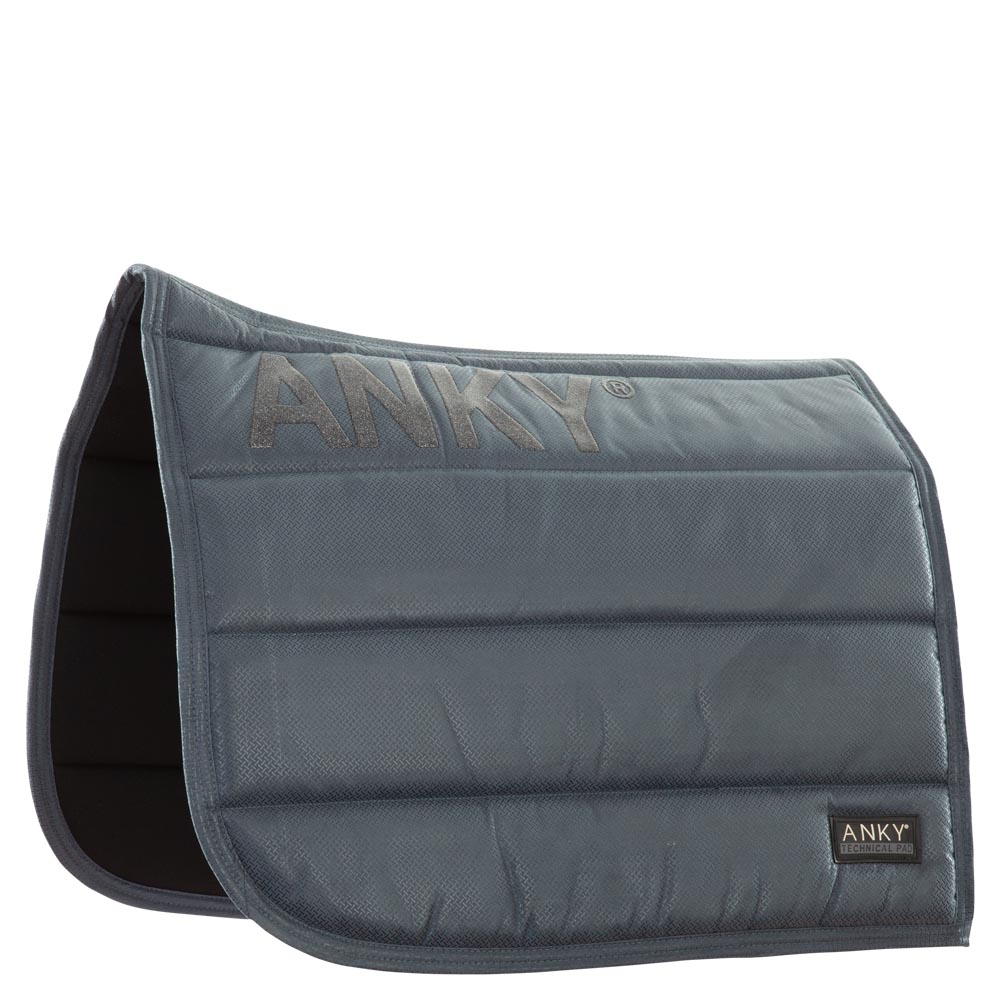 Often imitated, but never equalled. The iconic ANKY® Saddle Pad has a tactile suede outer with a glittery anti slip print on both sides to avoid movement of the saddle. The thick padding ensures even shock absorption and optimal comfort for the horse. Combined with an interior made of moisture managing Coolmax®, the ANKY® Saddle Pad is the perfect choice for every ride.<br><br>Colours B182, B183, L086, T024, have an all-over transparent print.